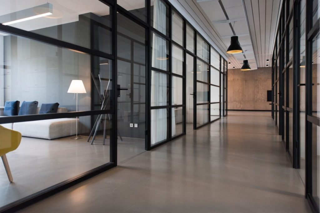 folie okienne w biurze